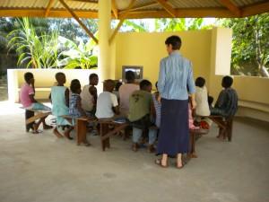 B. Christine avec des enfants d'Abobo (Côte d'Ivoire) (1)