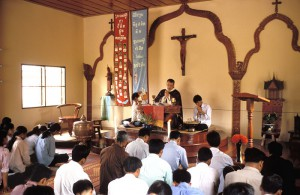 Père des MEP célébrant l'eucharistie au Cambodge Ciric- P.Razzo