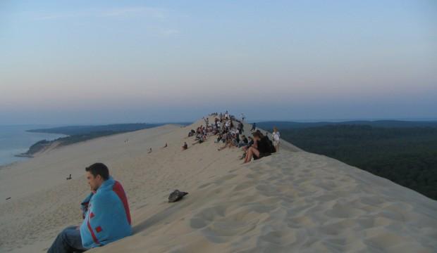 Une personne sur une dune du pyla