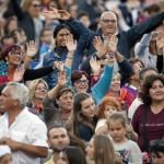 3 octobre 2015 : La foule de fidèles, lors de la veillée de prière pour l'ouverture du synode sur la famille. Vatican, Rome, Italie.  October 3, 2015: The faithful during the vigil to mark the opening of the Synod on the family, St. Peter's Square at the Vatican, Rome, Italy.