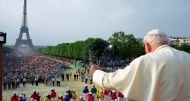 21 août 1997 : Jean Paul II saluant la foule de pèlerins lors des JMJ, au Champ de Mars, Paris, France. DIFFUSION PRESSE UNIQUEMENT  August 21,1997: John Paul II waves during a meeting with young at Champ de Mars in Paris. EDITORIAL USE ONLY. NOT FOR SALE FOR MARKETING OR ADVERTISING CAMPAIGNS.